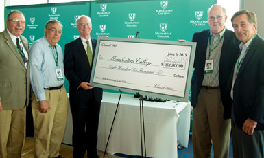 President O'Donnell accepts Anniversary Class Gift.